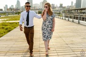 Verlobtes Paar, das auf Promenade geht, Frau, die die Hand des Mannes küsst - altes Montreal, Kanada Porträtsitzung