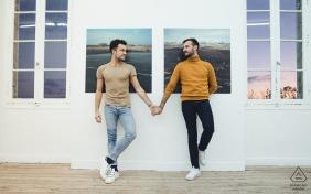 Lectoure, Frankreich - Ein Paar in einer Galerie