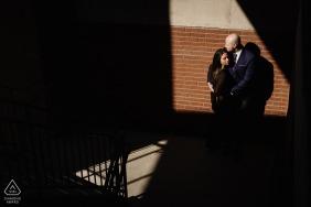 Die Pearl Brewery Engagement Fotosession | Paar im Licht mit abgewinkelten Schatten auf einem Parkplatz