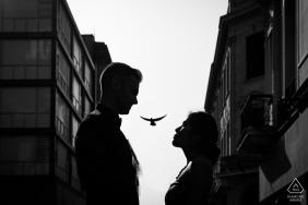 Session d'engagement dans la ville | Portraits en noir et blanc d'un couple à Centro de Lima