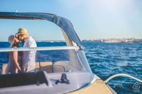 Siracusa summer loving couple engagement portraits sur un bateau sur l'eau libre