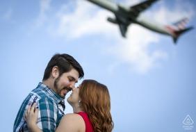 Gravelly Point Park, Arlington, VA photographe pré-mariage: le couple prenait le temps de se regarder dans les yeux au lieu de regarder le jet qui partait