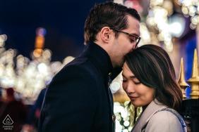 Verlobungsporträtsitzung für ein Paar nachts in der Avenue Montaigne, Paris