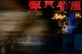 Hong Kong Engagement Photo Session auf den belebten Straßen
