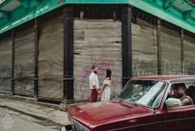 Verlobungssitzung auf den Straßen Kubas mit Oldtimern