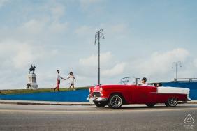 Kuba-Vorhochzeitspaar-Fotosession mit rotem konvertierbarem Auto
