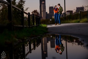 Illinois - couple de parc ping tom et une flaque d'eau - Photo de fiançailles