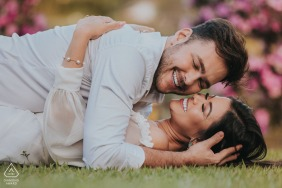 Mateus Leme, Minas Gerais / Brasil engagement pictures from the park - Couple hugging on the grass