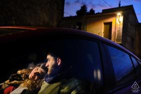 Alcoy, Sarga foto antes de la boda   Una pareja está sentada en un auto al anochecer