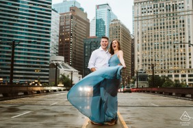 Wabash Street Chicago couple picture - Rainy engagement shoot in Chicago