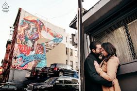 """Fotógrafo de noivado em Nova York: Esconder-se em Manhattan não é fácil. Se você quer beijá-la, encontre um esconderijo. A obra de arte por trás diz """"A cidade dos sonhos"""""""