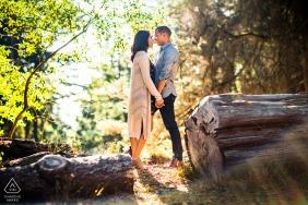 Photo d'un couple avant le mariage à Oakland Hill - Romance dans les bois
