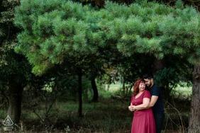 Bridge, Kent, Reino Unido, imagem pré-casamento - O casal aconchegante sob um pinheiro na zona rural