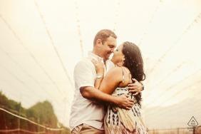 Verlobungsfoto von Waboomskraal, George - Während des Fotoshootings begann es zu regnen, aber das Paar beschwerte sich nie und wir drehten weiter durch den Regen. Es sorgte für schöne, launische Porträts.