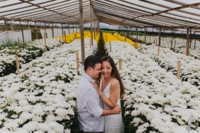 Engagement Picture Session from Carandaí / MG in a flower greenhouse