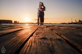 Photo de fiançailles de Fells Point, Baltimore, MD - Lever de soleil sur un quai à Baltimore, éclairé par une boîte à lumière.
