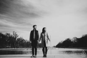 Photos de fiançailles de couple | Portrait en noir et blanc du Lincoln Memorial
