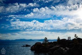 Verlobungsfotos | Lake Tahoe, CA Verlobungsfoto von Mann und Frau, die auf Felsen stehen