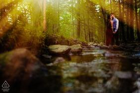 Séance photo de fiançailles à New Germantown, Pennsylvanie - Le couple et moi sommes allés à pied dans les bois près d'un ruisseau au coucher du soleil pour leurs fiançailles.