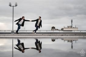 Verlobungssitzungen   Agen, Frankreich reflektierte Paar im Wasser