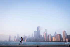 Paar Engagement Foto Session | Chicago Paar bei Sonnenaufgang am North Avenue Beach