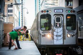 Sessão de fotos de noivado mergulha quando um trem da CTA se aproxima da estação CTA da State / Lake, no centro de Chicago.