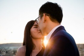 Verlobungsfotos | Kappodokien, Türkei - Der Kuss bei Sonnenaufgang