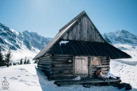 Sesje zaręczynowe | Hala Gąsienicowa, Tatry, Polska - Zrelaksowana zaręczona para podczas górskiej wycieczki