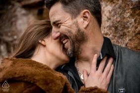 Portraits de couple pré-mariage en France dans des tons chauds