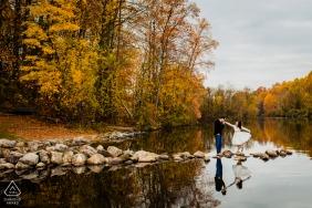 Columbia, Maryland Paar Verlobungsfoto | Herbstfarben mit Wasser und Felsen