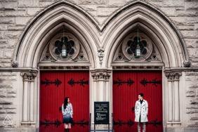 Upper West Side, New York, sessione di ritratti di fidanzamento con porte rosse della chiesa