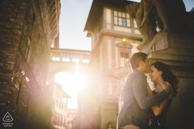 La luz de la madrugada y el edificio de Florence ... una combinación perfecta para un retrato de compromiso