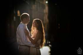 Florence engagement photography | A couple portrait at the first lights of the sun in the old alleys of florence
