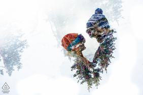 Loveland Pass, Gipfel Grafschaft Colorado | Ein Paar umarmt sich, um sich nach den Verlobungsfotos zum Thema Ski auf einem Gebirgspass warm zu halten.