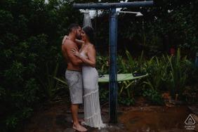 Linhares, Espírito Santo, Brésil e-Session avec un couple prenant une douche extérieure ensemble à la plage