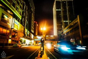 """Centro da cidade de Joanesburgo - África do Sul Fotógrafo de casamento: """"O casal optou por um tema de 'filmagem noturna na cidade'. Usei as cores vibrantes e o movimento para fazer essa imagem se destacar""""."""