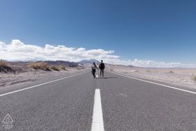 Strada aperta e linee dipinte conducono direttamente alla coppia di fidanzati nel deserto di Atacama