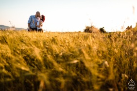 Slovenja pre-wedding couple portait with a Kiss in the field