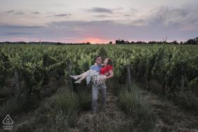 Ein verlobtes Paarporträt in Weinbergfeldern in Parnay, Frankreich