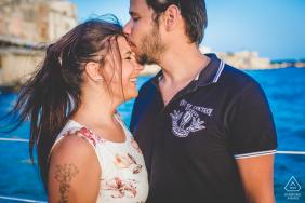 Siracusa-Paar, das seine Liebe in Sizilien während des Verlobungsshootings am Strand zeigt