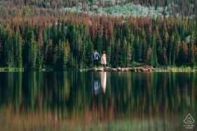 金字塔島,加拿大賈斯珀國家公園,加拿大AB,一對夫婦享受著美麗的早晨和美景的肖像