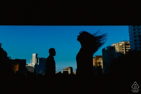 Silhouette couple portrait of the bride and groom in the middle of the city in São Paulo - SP - Brazil