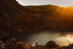 Caçapava do Sul - RS Portrait de fiançailles des mariés au bord des montagnes