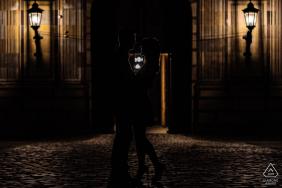 ein kreatives Silhouetteporträt des Paares in München