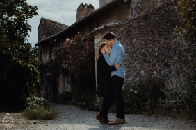 Photo of couple during the love session in Mirmande in the Drôme