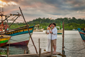 E-Session auf dem Dock in der Nähe von Booten in Aracruz, Espírito Santo, Brasilien
