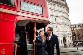 Londres, Royaume-Uni séance de portrait de fiançailles avec un petit cadeau par le chauffeur de bus rouge - un mariage spécial, signe