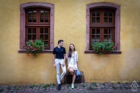 Riquewihr - portrety par Alzacji na ulicach wsi z oknami i donicami