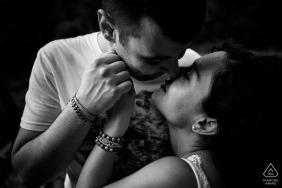 Sessão eletrônica íntima de um casal fotografado em preto e branco na Umbria