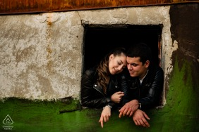 a Sofia, Bulgarie portrait sur le toit d'un couple lors d'une séance photo de fiançailles en plein air